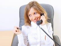Junge schöne Geschäftsfrau, die im Büro arbeitet Stockbild