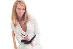Junge schöne Geschäftsfrau, die Pläne bildet Lizenzfreie Stockfotos