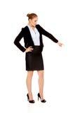 Junge schöne Geschäftsfrau, die unten zeigt Lizenzfreie Stockfotos