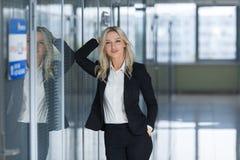 Junge schöne Geschäftsfrau im Büro Kopieren Sie Platz Lizenzfreie Stockbilder