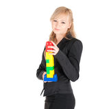 Junge schöne Geschäftsfrau mit Plastik blockt die Aufstellung auf weißem Hintergrund Lizenzfreie Stockfotos