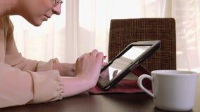 Junge schöne Geschäftsfrau mit Tabletten-PC und trinkendem Kaffee stock video