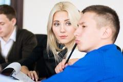 Junge schöne Geschäftsfrau mit Teilhabern, Männer an a Lizenzfreie Stockfotografie