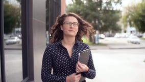 Junge schöne Geschäftsfrau strebt schnell spät ein Geschäftstreffen an stock video footage