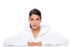 Junge schöne glückliche Frau im Bademantel Lizenzfreies Stockbild