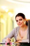 Junge schöne glückliche Frauenschreibensanmerkungen Stockfotografie