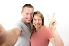 Junge schöne glückliche und attraktive romantische Paare mit dem Ehemann und Frau oder Freundin und Freund, die selfie Selbstport Lizenzfreie Stockfotografie