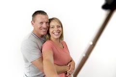 Junge schöne glückliche und attraktive romantische Paare mit dem Ehemann und Frau oder Freundin und Freund, die selfie Selbstport Stockfotografie