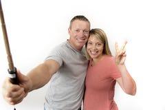 Junge schöne glückliche und attraktive romantische Paare mit dem Ehemann und Frau oder Freundin und Freund, die selfie Selbstport Lizenzfreie Stockbilder