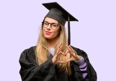 Junge schöne graduierte Studentin stockfotos