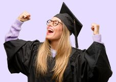 Junge schöne graduierte Studentin lizenzfreies stockfoto