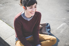 Junge schöne Hippie-Frau, die intelligentes Telefon verwendet Lizenzfreie Stockfotos