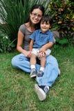 Junge, schöne hispanische Mutter und Kind Stockbilder