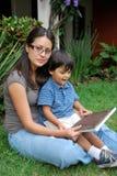 Junge, schöne hispanische Mutter und Kind Stockbild