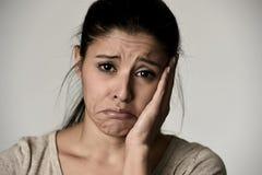 Junge schöne hispanische traurige Frau ernst und beteiligt in besorgtem deprimiertem Gesichtsausdruck lizenzfreie stockfotos