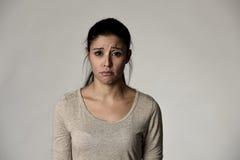 Junge schöne hispanische traurige Frau ernst und beteiligt in besorgtem deprimiertem Gesichtsausdruck lizenzfreies stockfoto