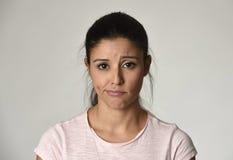 Junge schöne hispanische traurige Frau ernst und beteiligt in besorgtem deprimiertem Gesichtsausdruck stockfoto