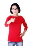 Junge schöne kaukasische Frau, die auf Sie zeigt Lizenzfreies Stockbild
