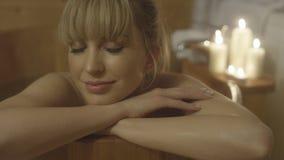 Junge schöne kaukasische Frau, die Bad in einer hölzernen Wanne nimmt Stockbilder