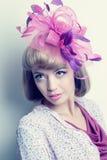 Junge schöne kaukasische Frau mit fantastischem Hut Lizenzfreie Stockfotografie
