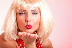 Junge schöne kaukasische Frauenaufstellung Retro Stockfotos