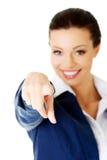 Junge schöne kaukasische Geschäftsfrau, die auf Sie zeigt Lizenzfreie Stockfotografie