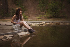 Junge schöne kaukasische weiße Brunettefrau mit gelocktem hairst Stockfotografie