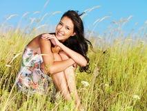 Junge schöne lächelnde Frau draußen Lizenzfreie Stockfotos