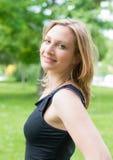 Junge schöne lächelnde Frau im Freien lizenzfreies stockbild