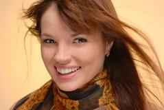 Junge schöne lächelnde Frau im Herbstschal Lizenzfreie Stockfotos