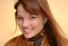 Junge schöne lächelnde Frau im Herbstschal Stockfotografie