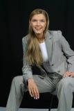 Junge schöne lächelnde Geschäftsfrau Lizenzfreies Stockbild