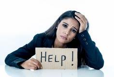 Junge schöne lateinische Geschäftsfrau überwältigt und ermüdet, ein Hilfszeichen halten betont schauen, gebohrt, frustriert, umge lizenzfreie stockbilder