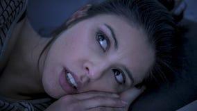 Junge schöne leidende Schlaflosigkeit der traurigen und besorgten lateinischen Frau und Problem der schlafenden Störung unfähig,  lizenzfreies stockbild