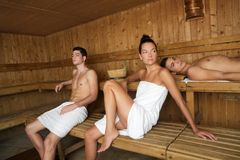 Junge schöne Leutegruppe der Saunabadekurorttherapie Stockfoto