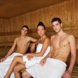 Junge schöne Leutegruppe der Saunabadekurorttherapie Lizenzfreie Stockbilder