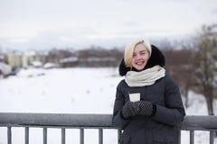 Junge schöne Mädchen auf einem Weg im Winter Stockfoto