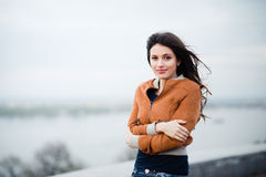 Junge schöne Mädchenfrau, die riverview im Winter genießt stockfotografie