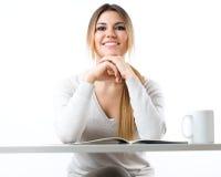Junge schöne Mädchenlesenachrichten und trinkender Kaffee Getrennt Stockbild