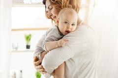 Junge schöne Mutter hält ihren kleinen neugeborenen Sohn und das Beruhigen er nach Albtraum Süße Szene der Mutterschaft familie Stockfotografie