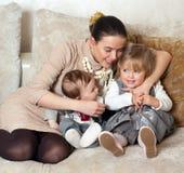 Junge schöne Mutter mit ihrer Tochter und Sohn Lizenzfreie Stockfotografie