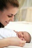 Junge schöne Mutter und ein altes Baby der Woche Stockfotografie