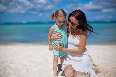 Junge schöne Mutter und ihr entzückendes kleines Lizenzfreie Stockbilder