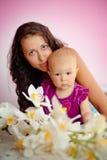 Junge schöne Mutter und ihre Babytochter Lizenzfreies Stockfoto