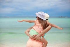 Junge schöne Mutter und ihre kleine Tochter Lizenzfreie Stockbilder