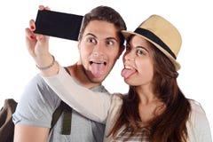 Junge schöne Paare auf einer Reise und einem nehmen selfie Lizenzfreie Stockfotos