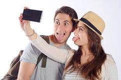 Junge schöne Paare auf einer Reise und einem nehmen selfie Lizenzfreie Stockfotografie