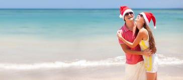 Junge schöne Paare auf tropischem Strand Lizenzfreies Stockbild