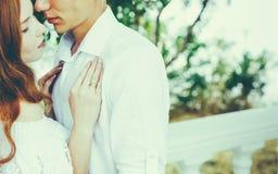 Junge schöne Paare in der Liebes-Umarmung im Sommer-Park Romantisches Konzept zusammen genießen stockbilder