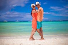 Junge schöne Paare, die Daumen oben auf zeigen Lizenzfreies Stockbild